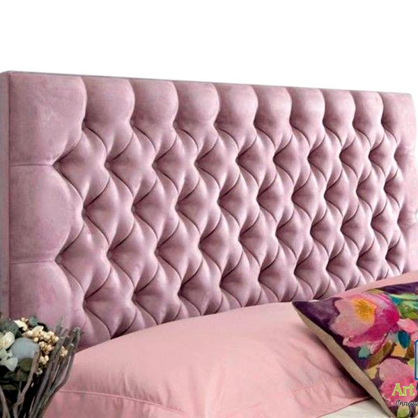 cabecera rosada con almohadas